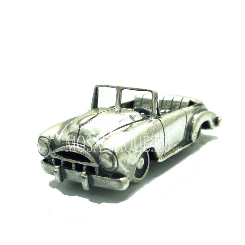 Серебряная модель ретро кабриолета