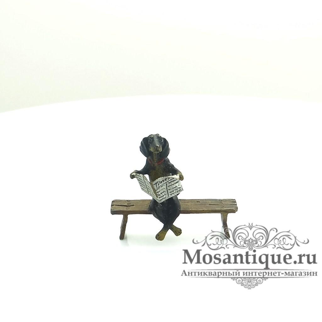 """Венская бронзовая миниатюра """"Такса читает газету"""""""
