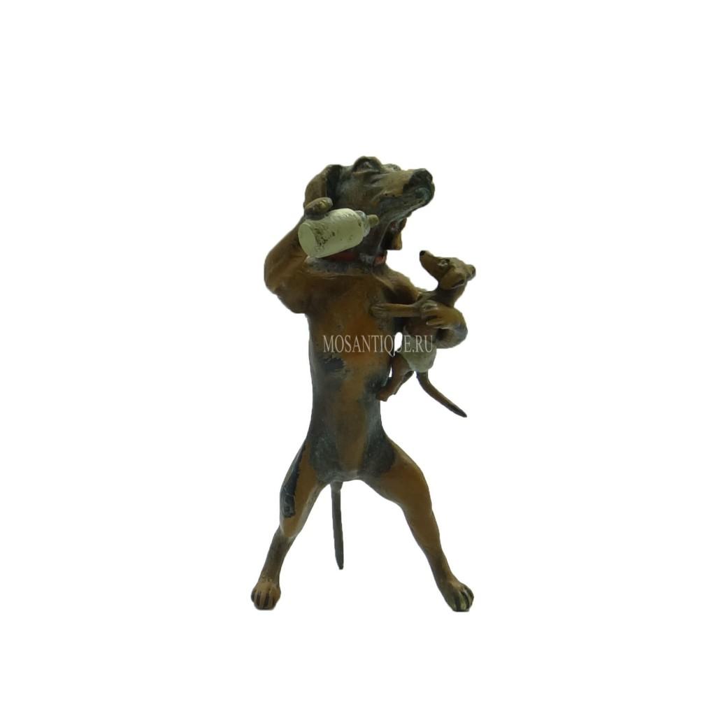 Статуэтка таксы, кормящей  щенка | Dachshund feeding baby