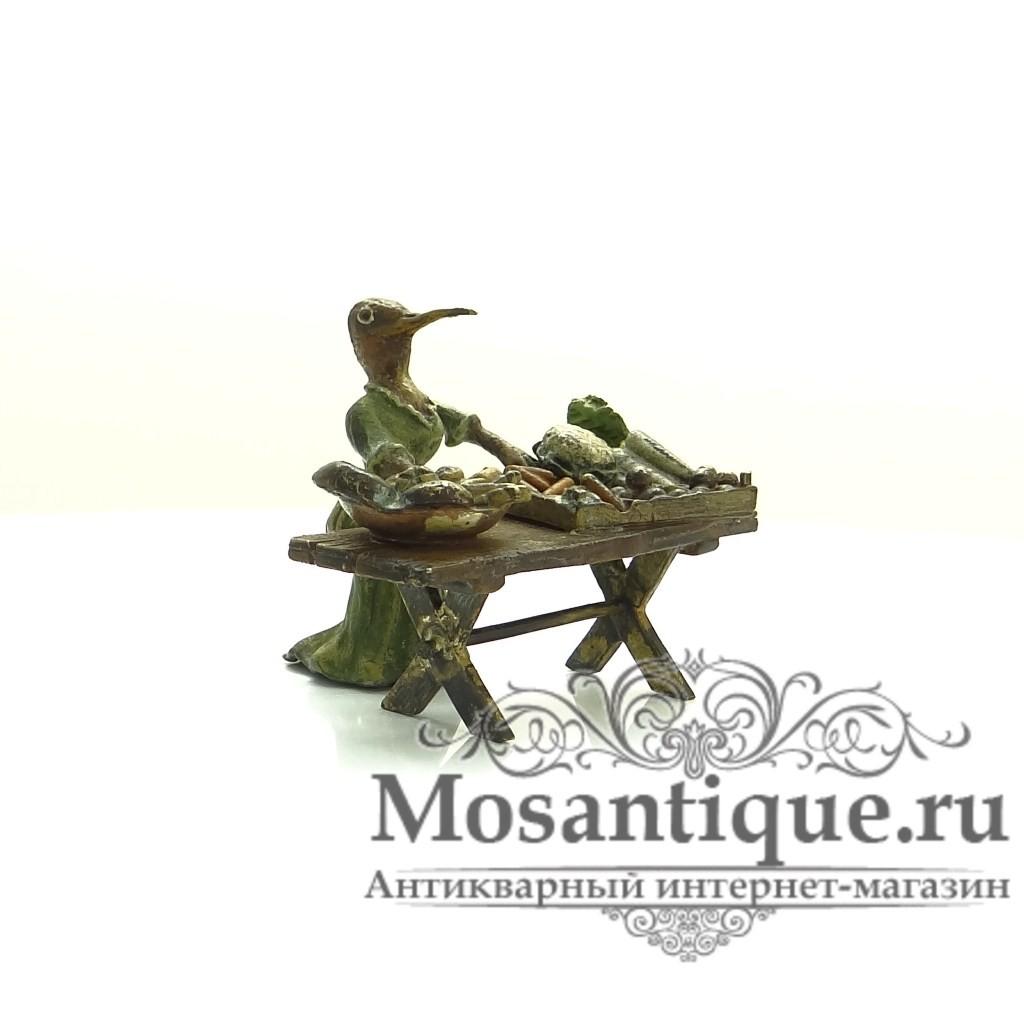 """Венская бронзовая миниатюра """"Аистиха за прилавком"""""""