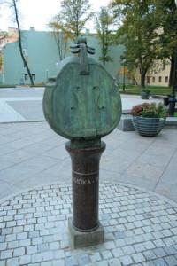 Фото скульптуры скрипка-яблоко