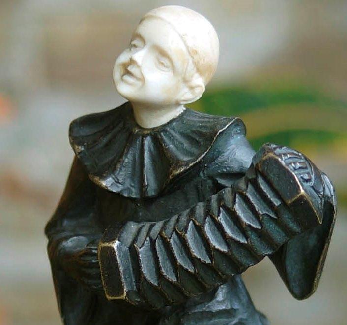 Бронзовая скульптура «Клоун с гармонью»