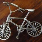 Фото серебряной скульптуры велосипед
