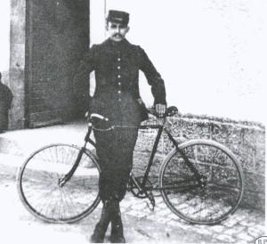 Люсьен Пети-Бретон и его велосипед, который был взят за основу для создания фигурки