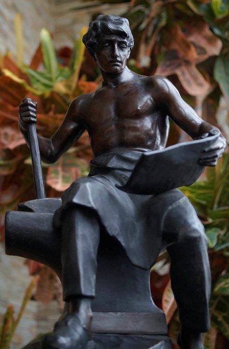 """Бронзовая скульптура """"Созидатель"""""""