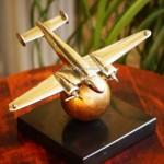 Модель самолёта на подставке