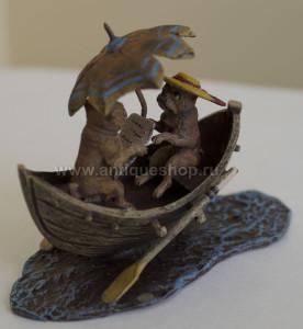 """Фото скульптуры венской бронзы """"Свидание мопсов на лодке"""""""