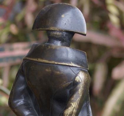 Фотография скульптуры Наполеона сзади